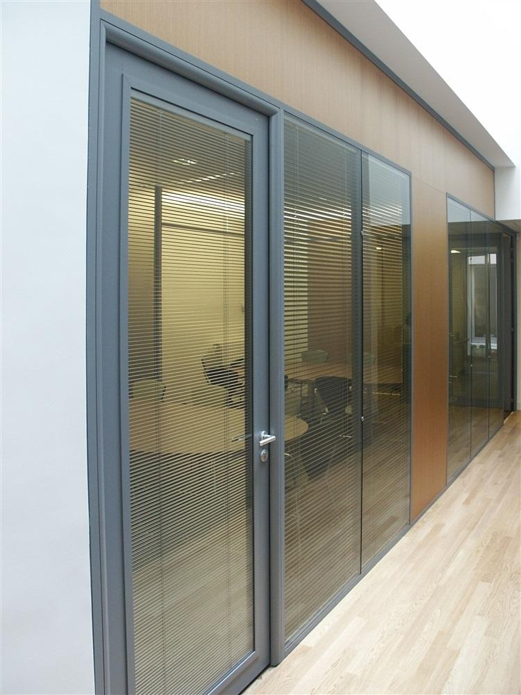 Cloison vitrage double peau affleurant sur petites salles de réunion
