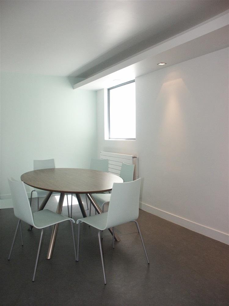 Espace repos cuisine, fenêtre intérieure donnant sur verrière du couloir