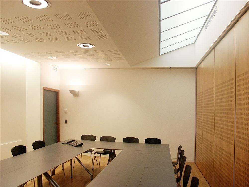 Grande salle de réunion divisé par mur mobile perforé pour correction acoustique
