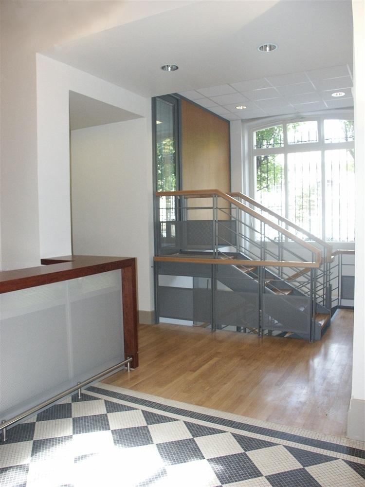 Pause café, escalier accés aux bureaux en demi sous-sol