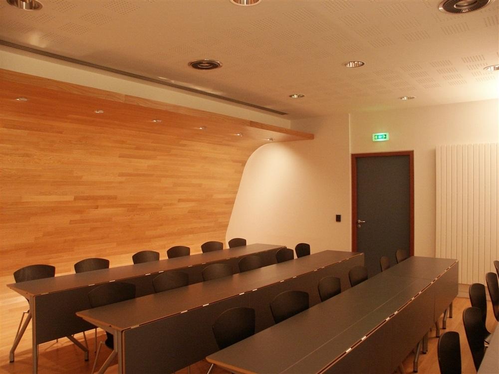 Plancher courbe en fond de salle, lumière modulable