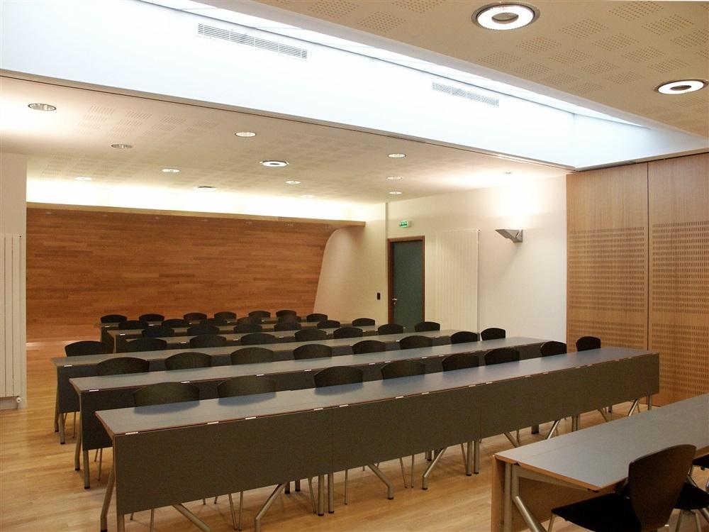 Salle de réunion pour 50 personnes, table modulable Moventi