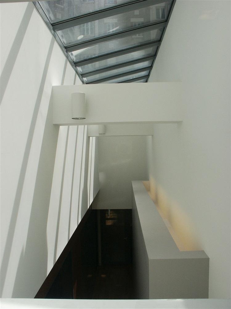 Vue depuis la salle de repos, lumière zénithale sur le couloir de distribution intérieur